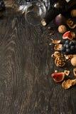Todavía vida con el vino rojo y las frutas Imagenes de archivo