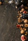 Todavía vida con el vino rojo y las frutas Imagen de archivo libre de regalías