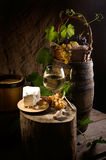 Todavía vida con el vino y el queso en blanco Imagenes de archivo