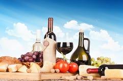 Todavía vida con el vino y la comida imagen de archivo libre de regalías