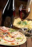 Todavía vida con el vino y la pizza Fotografía de archivo libre de regalías