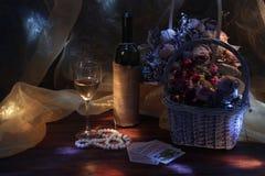 Todavía vida con el vino y las flores teniendo en cuenta la luna imagen de archivo libre de regalías