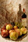 Todavía vida con el vino y las frutas Imagenes de archivo