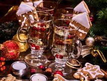 Todavía vida con el vino y las galletas reflexionados sobre de la Navidad Imágenes de archivo libres de regalías