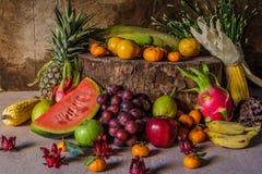 Todavía vida con en la madera por completo de la fruta. Fotografía de archivo libre de regalías