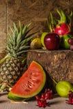 Todavía vida con en la madera por completo de la fruta. Fotografía de archivo