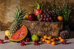 Todavía vida con en la madera por completo de la fruta. Imagen de archivo