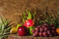 Todavía vida con en la madera por completo de la fruta. Imagen de archivo libre de regalías