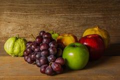 Todavía vida con en la madera por completo de la fruta Imagen de archivo libre de regalías