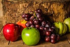 Todavía vida con en la madera por completo de la fruta Imagenes de archivo