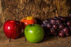 Todavía vida con en la madera por completo de la fruta Imagen de archivo