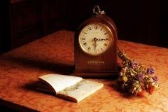 Todavía vida con flores y un reloj Imagenes de archivo