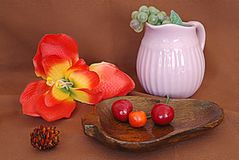Todavía vida con frutas y una flor imagenes de archivo