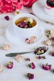 Todavía vida con infusión de hierbas, la torta y las rosas Fotografía de archivo
