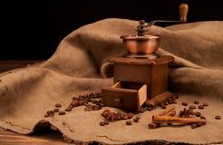 Todavía vida con la amoladora de café y los granos de café Foto de archivo libre de regalías