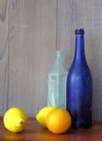 Todavía vida con la botella azul Foto de archivo libre de regalías