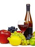 Todavía vida con la botella de vino, de fruta y de vidrio Foto de archivo libre de regalías