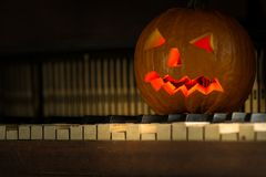 Todavía vida con la cara de la calabaza el Halloween en octubre foto de archivo
