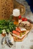 Todavía vida con la cerveza y los pescados Imagen de archivo libre de regalías