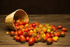 Todavía vida con la cesta del tomate y de bambú Foto de archivo