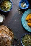 Todavía vida con la comida india en el fondo oscuro Imagen de archivo