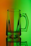 Todavía vida con la copa de cristal de cerveza Foto de archivo