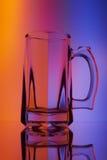 Todavía vida con la copa de cristal de cerveza Imagenes de archivo