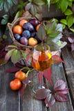 Todavía vida con la copa de vino y la fruta Imágenes de archivo libres de regalías