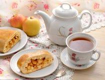 Todavía vida con la empanada y el té de manzana Imágenes de archivo libres de regalías