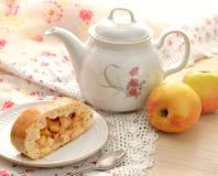 Todavía vida con la empanada y el té de manzana Imagenes de archivo
