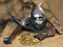 Todavía vida con la espada y la armadura del ` s del caballero Fotos de archivo