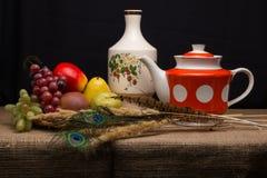 Todavía vida con la fruta artificial Imágenes de archivo libres de regalías