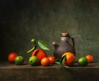 Todavía vida con la fruta y el jarro Fotos de archivo libres de regalías