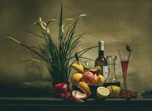 Todavía vida con la fruta y el liquer Fotos de archivo libres de regalías