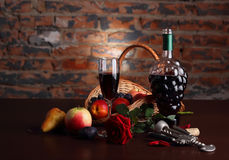 Todavía vida con la fruta y el vidrio de vino Imagenes de archivo