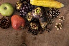 Todavía vida con la fruta y la lámpara vieja Imágenes de archivo libres de regalías