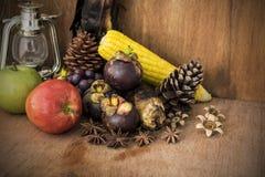 Todavía vida con la fruta y la lámpara vieja Fotografía de archivo libre de regalías