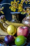 Todavía vida con la fruta y las flores Foto de archivo libre de regalías