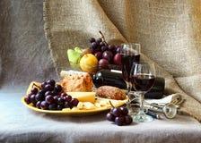 Todavía vida con la fruta y un vidrio de vino Fotos de archivo libres de regalías