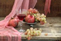 Todavía vida con la granada y el vino rojo Imagen de archivo libre de regalías