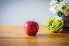 Todavía vida con la manzana roja Foto de archivo libre de regalías