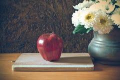 Todavía vida con la manzana roja Imágenes de archivo libres de regalías