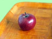 Todavía vida con la manzana roja madura en la bandeja marrón Foto de archivo libre de regalías