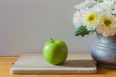 Todavía vida con la manzana verde Foto de archivo