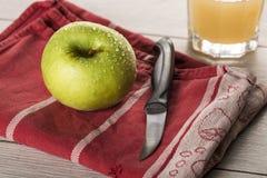 Todavía vida con la manzana verde mojada Imágenes de archivo libres de regalías