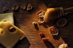 Todavía vida con la miel, el queso y las avenas Imagen de archivo