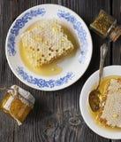 Todavía vida con la miel, panal, polen Imagenes de archivo
