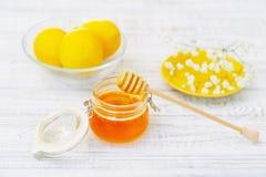 Todavía vida con la miel y los limones Fotos de archivo