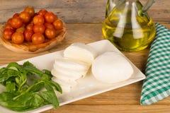 El cocinar con la mozzarella y el pomodorini Imágenes de archivo libres de regalías