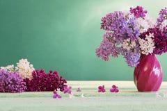 Todavía vida con la rama floreciente de la lila Imagen de archivo libre de regalías